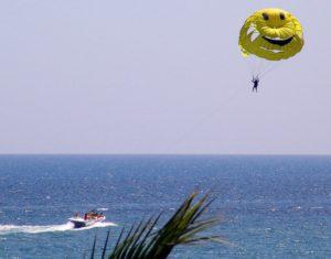 катер с парашутом